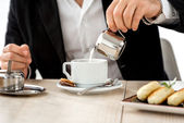 Man preparing coffee at the restaurant — Foto Stock
