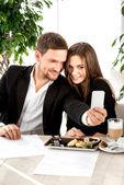 Joven pareja en el restaurante — Foto de Stock