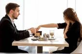 Man making proposal to his girlfriend at the restaurant — Stockfoto