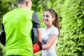 Sportovní dvojice v parku — Stock fotografie