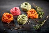 Barevné syrové těstoviny — Stock fotografie