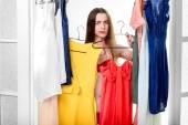 Kvinna i garderob — Stockfoto