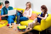Students working on the couch — Stockfoto