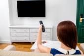 Kobieta oglądając tv — Zdjęcie stockowe
