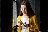 žena pomocí telefonu — Stock fotografie