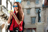 Young traveler in the city — Stock Photo