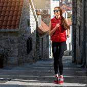Ung kvinna löpare — Stockfoto