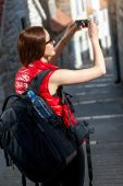Young traveler in the city — Stockfoto