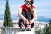 Sportieve vrouw op het steegje park met uitzicht op de stad — Stockfoto