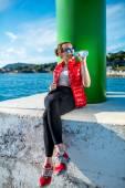 Спортивная женщина, отдыхающая около моря — Стоковое фото