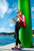 Sport woman with phone — Stockfoto