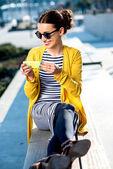 Femme au téléphone à l'extérieur — Photo