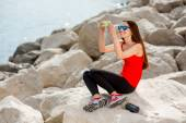 岩のビーチでスポーツの女性 — ストック写真