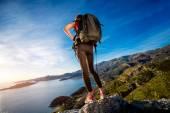Spor kadın dağ tepesinde — Stok fotoğraf
