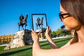 Tourist photographing Skanderbeg monument — Stock Photo