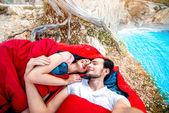 Jeune couple dans des sacs de couchage près de la mer — Photo
