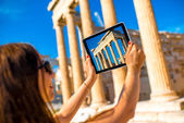 Woman photographing Erechtheum temple in Acropolis — Stock Photo
