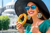Woman with turkish bagel in Istanbul — Stock Photo