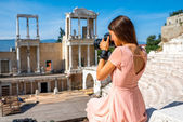 Tourist photographing Roman theater in Plovdiv — Stock Photo