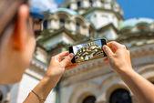 女性の聖アレクサンドル ・ ネフスキー大聖堂を撮影 — ストック写真