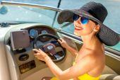 Woman driving yacht — Stock Photo
