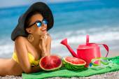 Woman with accessories for summer vacation on the beach — Stock Photo