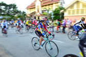 Kuantan - 6 februari: oidentifierade cyklister i aktion under Kuantan160 den 6 februari 2013 i Kuantan, Pahang, Malaysia. Kuantan160 är en ideell, icke-race 160km cykeltur runt staden Kuantan. — Stockfoto