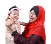 Joven madre musulmana asiática jugando y sonriendo con su bebita linda aislada sobre fondo blanco — Foto de Stock