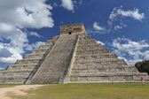 Mayan people architecture. Temple of Kukulkan in Chichen Itza on the background of blue sky — Stock Photo