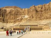 Tourists at the Great Temple of Hatshepsut, Luxor, Egypt — Stock Photo