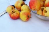 красные яблоки на белом фоне с ножом. — Стоковое фото