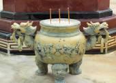Brûleur d'encens antique dans le temple — Photo
