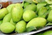 Fresh mango at the market — Stock Photo