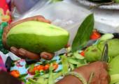 Woman making slices fresh mango — Stock Photo