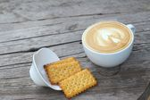 Latte coffee in glass and crackers — ストック写真