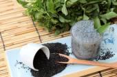 繊維飲料、生種のバジルの種子 — ストック写真