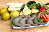 Shrimp and lemon, chilli, lemon grass, kaffir lime leaves for soup spicy — Stock Photo