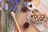 Rostade cashewnötter nötter med naturliga på trä bakgrund — Stockfoto
