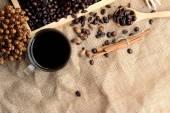Caffè torrefatto in grani con caffè caldo — Foto Stock