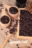 Grains de café torréfiés avec café chaud — Photo