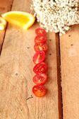 Orangen Früchten und Tomaten in Scheiben geschnitten auf Holz-Hintergrund — Stockfoto
