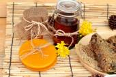 Variété de miel en nid d'abeille et le miel dans un pot de cire d'abeille. — Photo
