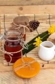 Variedad de miel con panal y la miel en un tarro con cera de abejas. — Foto de Stock