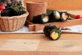 春巻きに海藻を巻き野菜のサラダ. — ストック写真