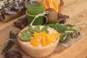 Oat flakes with citrus fruit, kiwi fruit and kiwi juice. — Stock Photo