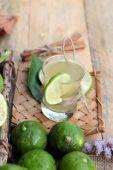 Zitronensaft und frische Zitrone. — Stockfoto