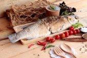 Pescado a la plancha de sal con salsa picante deliciosa. — Foto de Stock