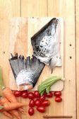 Lax huvud och lax tailfin för matlagning. — Stockfoto