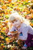 Blond girl in autumn park — Stock fotografie