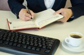 Notatnik, długopis, klawiatura, caffee i ręce — Zdjęcie stockowe